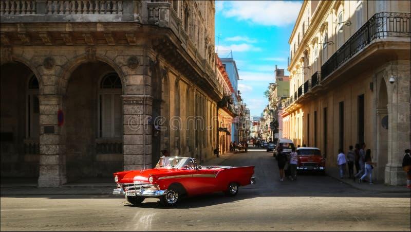 Cuba, Havana - Januari 16, 2019: Oude Amerikaanse rode auto in de oude stad van Havana stock afbeelding