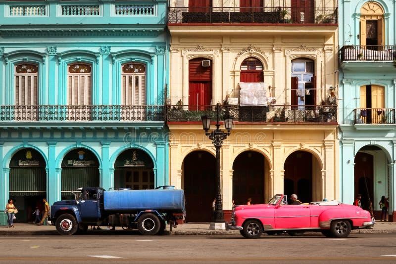 Cuba, Havana - Januari 16, 2019: Oude Amerikaanse roze auto in de oude stad van Havana stock foto