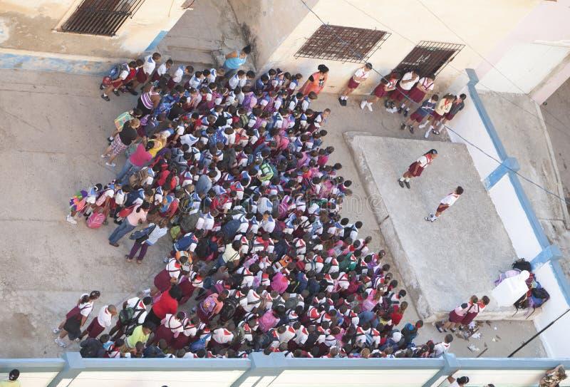 CUBA, HAVANA 29 JANUARI, 2013: pioniers` heerser ` op de schoolgronden in de ochtend royalty-vrije stock afbeeldingen
