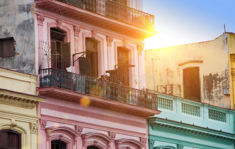 cuba havana Ljusa gamla balkonger i den gamla staden arkivfoto
