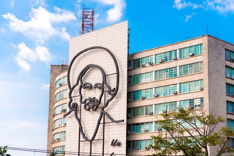 CUBA, HAVANA - MEI 5, 2017: Beeld van Camilo Cienfuegos op Revolutievierkant Exemplaarruimte voor tekst stock afbeelding