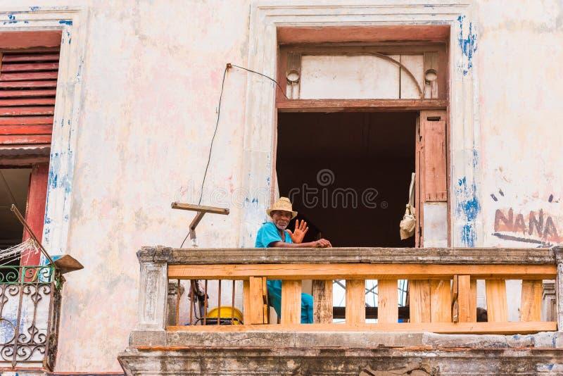 CUBA, HAVANA - MEI 5, 2017: Cubaanse mens op het balkon De ruimte van het exemplaar royalty-vrije stock afbeeldingen