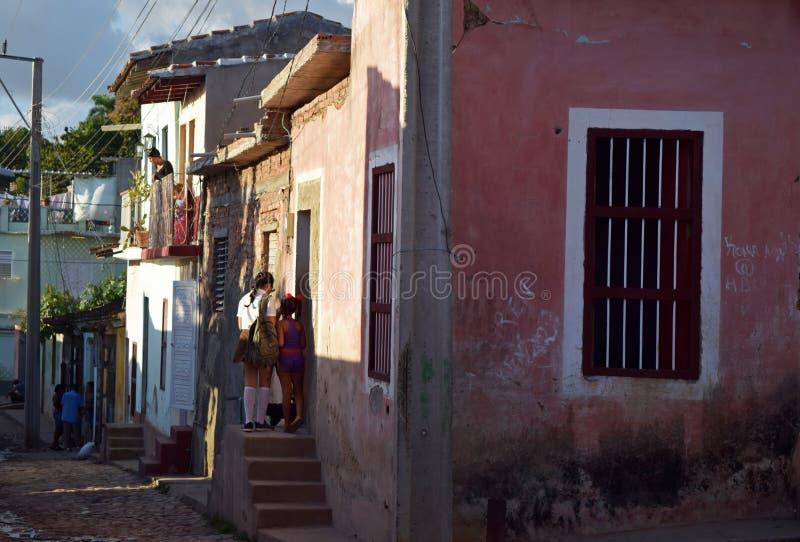 Cuba, Havana, o 16 de fevereiro de 2018: Irmãs mais nova que abrem a porta para entrar em sua casa fotografia de stock royalty free