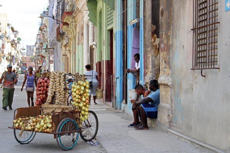 Cuba, Havana, o 10 de fevereiro de 2018: um dia típico em uma das ruas de Havana, quando os povos locais venderem seu bom nas rua fotografia de stock royalty free