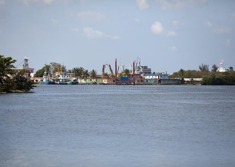 cuba Industriële fabrieksgebouwen door het overzees stock fotografie