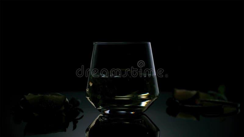 Cuba Libre ou cocktail do chá gelado com álcool forte no fundo escuro foto de stock royalty free
