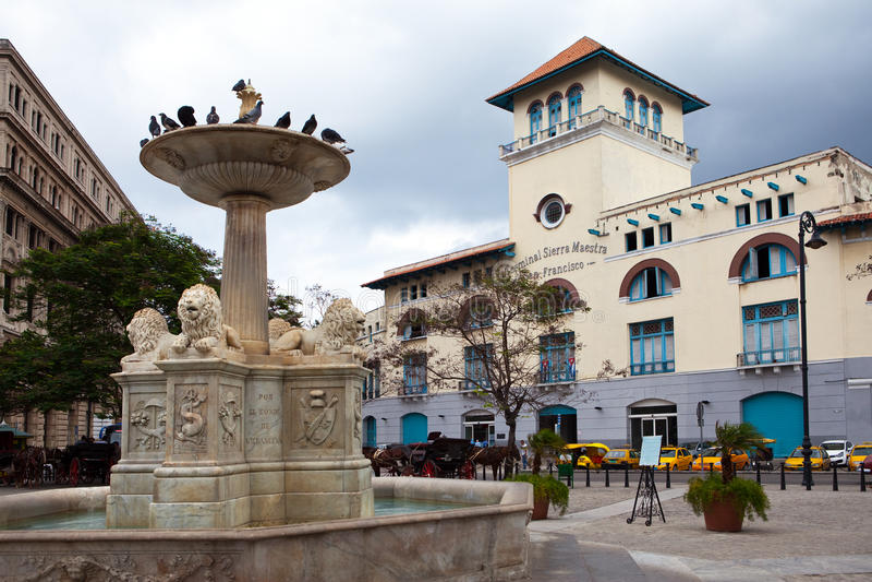 Cuba. Oud Havana. Siërra Maestra Havana en fontein van leeuwen op San Francisco Square royalty-vrije stock afbeelding