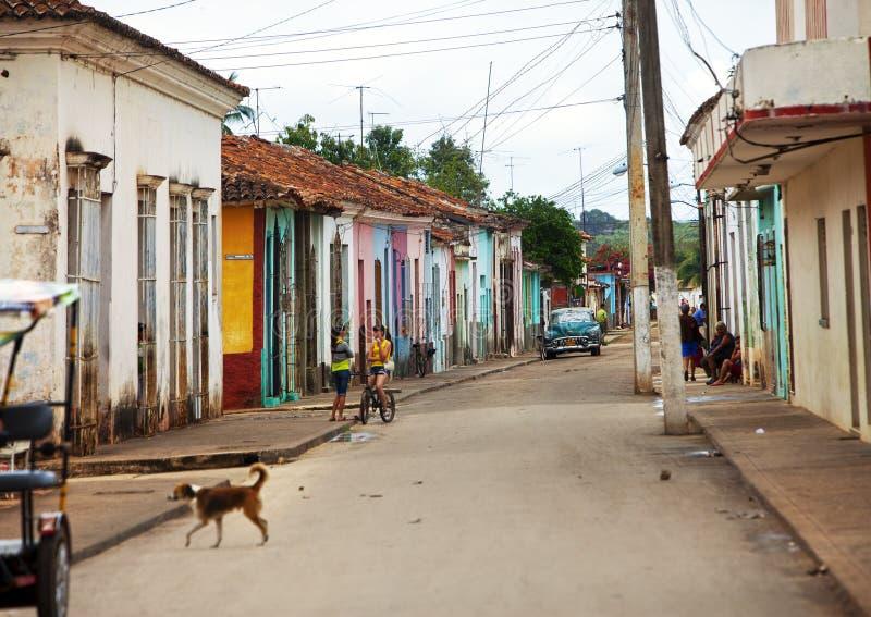 CUBA, PAPÁ NOEL CLARA 2 DE FEBRERO DE 2013: coche viejo en la calle fotos de archivo libres de regalías