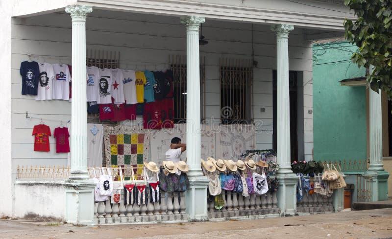 CUBA, PAPÁ NOEL CLARA 2 DE FEBRERO DE 2013: tienda de souvenirs con los sombreros de paja, las camisetas con un retrato de Che Gu fotografía de archivo libre de regalías