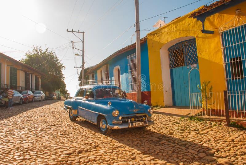 cuba trinidad Gammal retro blå bil på en kubansk gata royaltyfria bilder