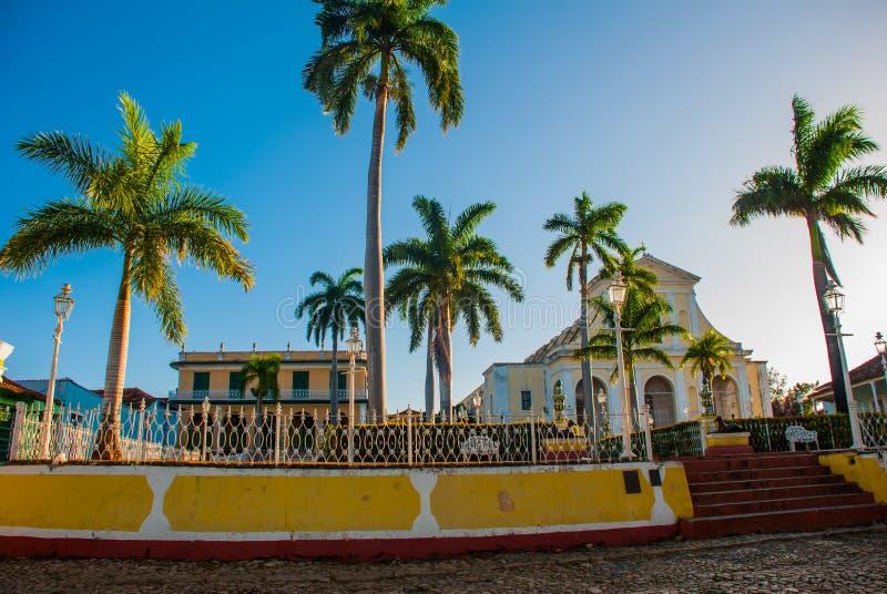cuba trinidad Plazaborgmästare och kyrka av den heliga Treenighet royaltyfria foton