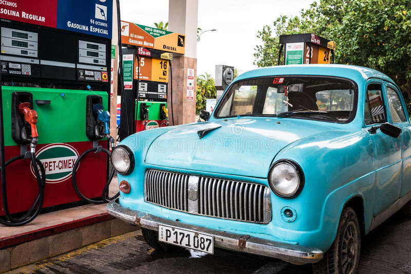 Cuba Varadero Amerikaanse blauwe die Oldtimer bij het benzinestation wordt geparkeerd stock afbeeldingen