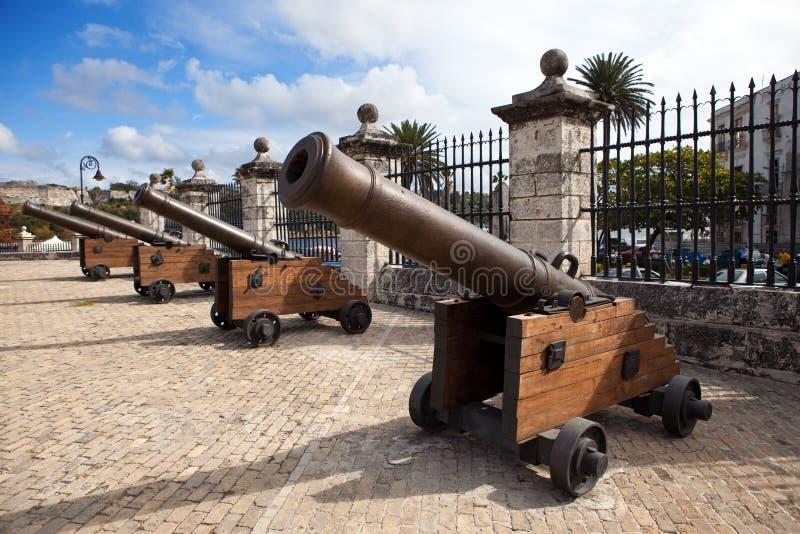 Cuba. Vecchia Avana. Cannone nel paesaggio di Castillo de la Real Fuerza.City in un giorno soleggiato immagine stock