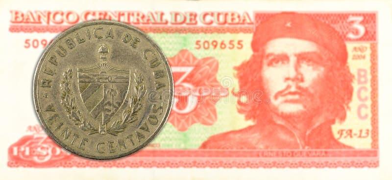 20 Cubaans centavomuntstuk tegen 3 Cubaans pesobankbiljet stock fotografie