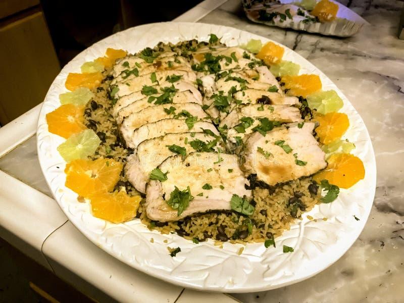 Cubaans Geroosterd Geheel Varkensvleeslendestuk met Rijst & Bonen stock foto