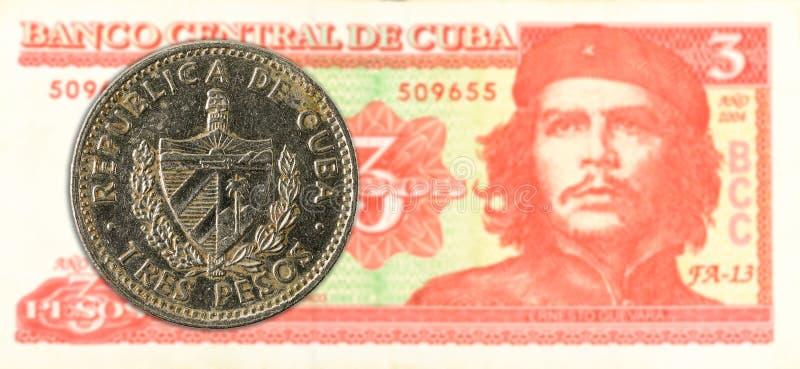3 Cubaans pesomuntstuk tegen 3 Cubaans pesobankbiljet stock foto
