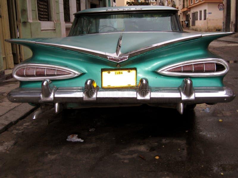Cubaanse auto in een straat in Havana stock foto's