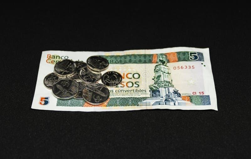 Cubaanse Cinco-peso'srekening met muntstukken op het stock foto