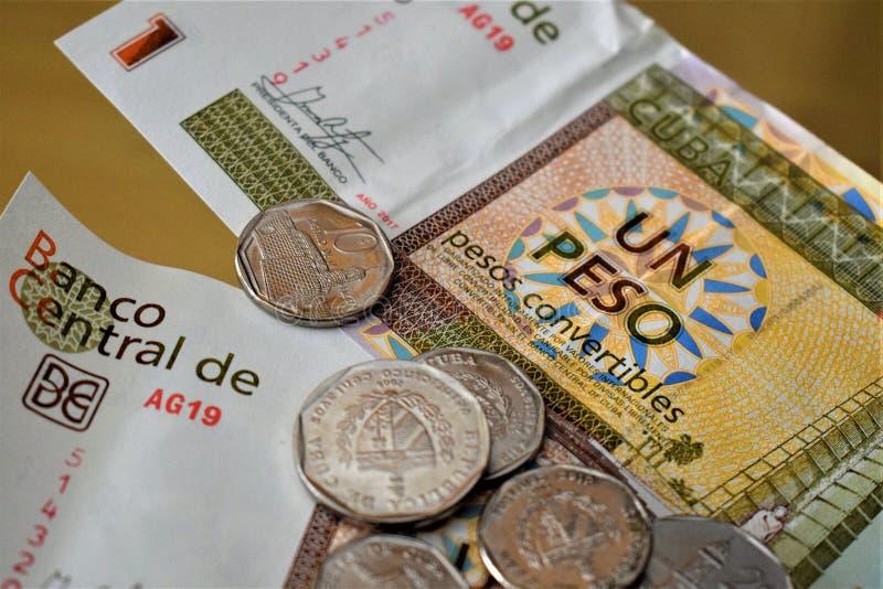 Cubaanse convertibele peso'smuntstukken en nota's II stock fotografie