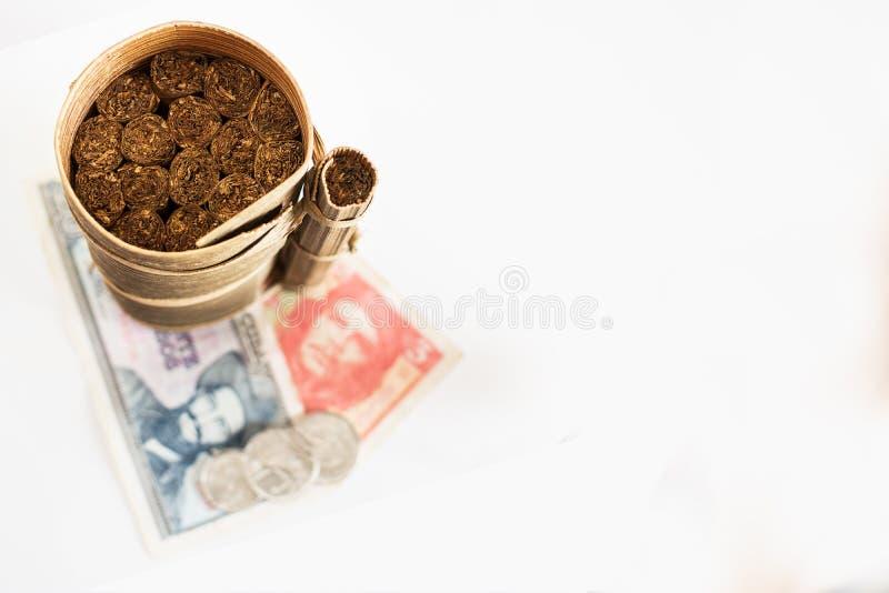 Cubaanse die sigaren in banaanblad en vage Cubaanse peso's worden gerold met royalty-vrije stock fotografie