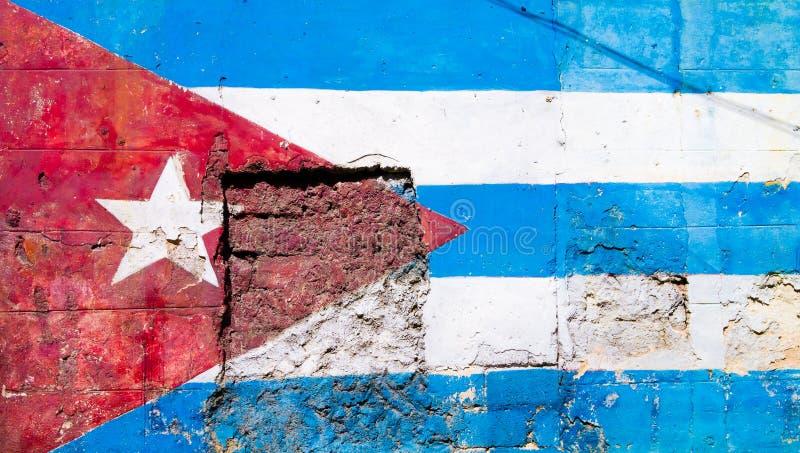 Cubaanse die vlag op een oude muur in Havana wordt geschilderd stock afbeelding