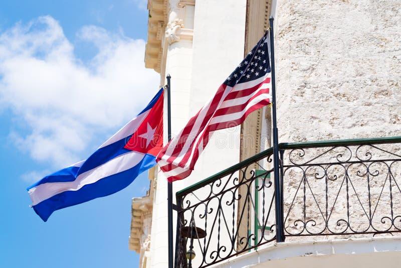 Cubaanse en Amerikaanse vlaggen samen op een balkon in Havana royalty-vrije stock foto's