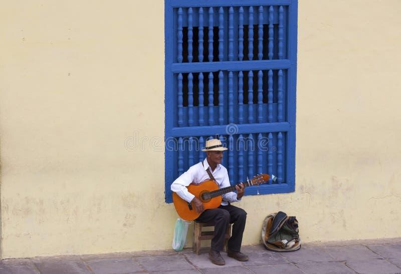 Cubaanse Mens Zitting en het Spelen Gitaar op Straten van Oude Stad Trinidad Cuba stock afbeeldingen
