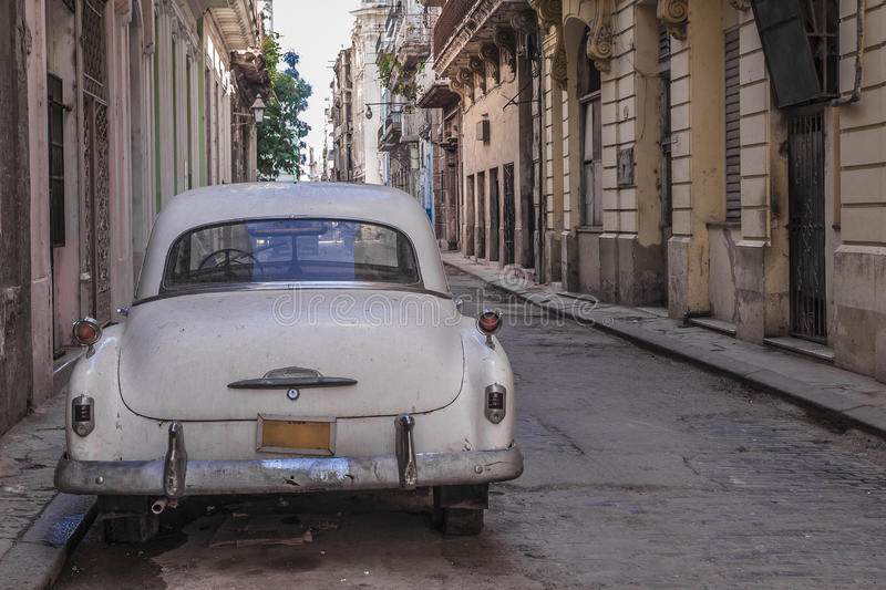 Cubaanse oude geparkeerde auto stock foto