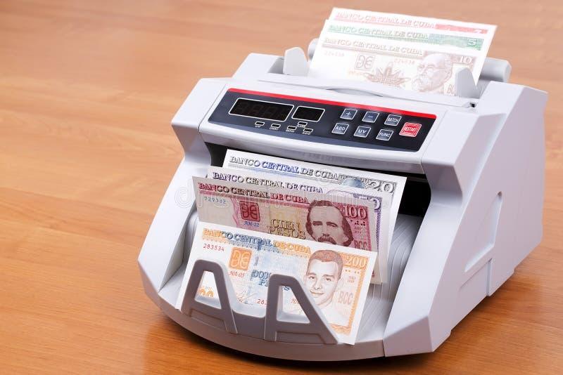 Cubaanse peso's in een tellende machine royalty-vrije stock afbeeldingen