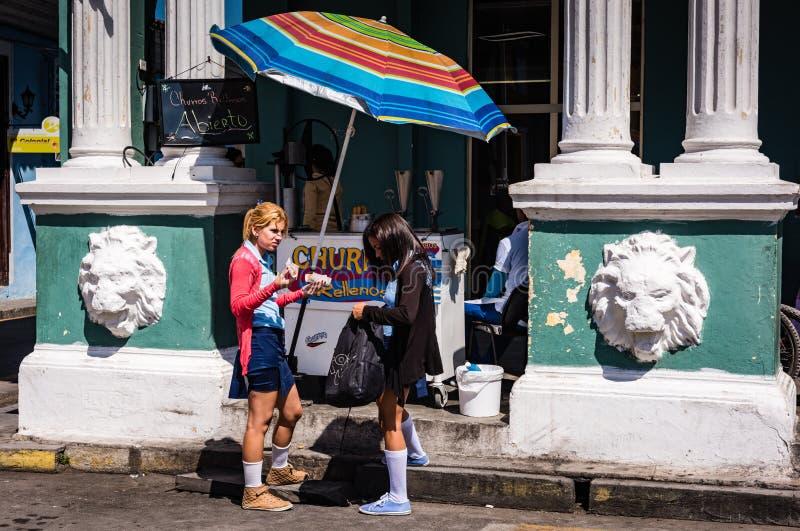 Cubaanse Schoolmeisjes Snacking op Churros royalty-vrije stock afbeeldingen