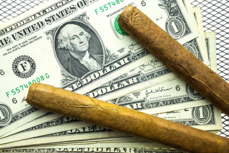 Cubaanse sigaren en dollars royalty-vrije stock foto