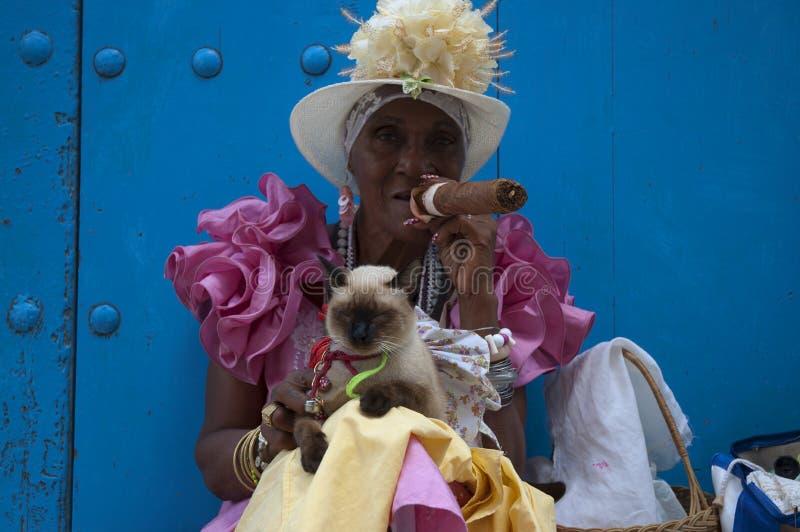 Cubaanse sigarendame royalty-vrije stock afbeeldingen