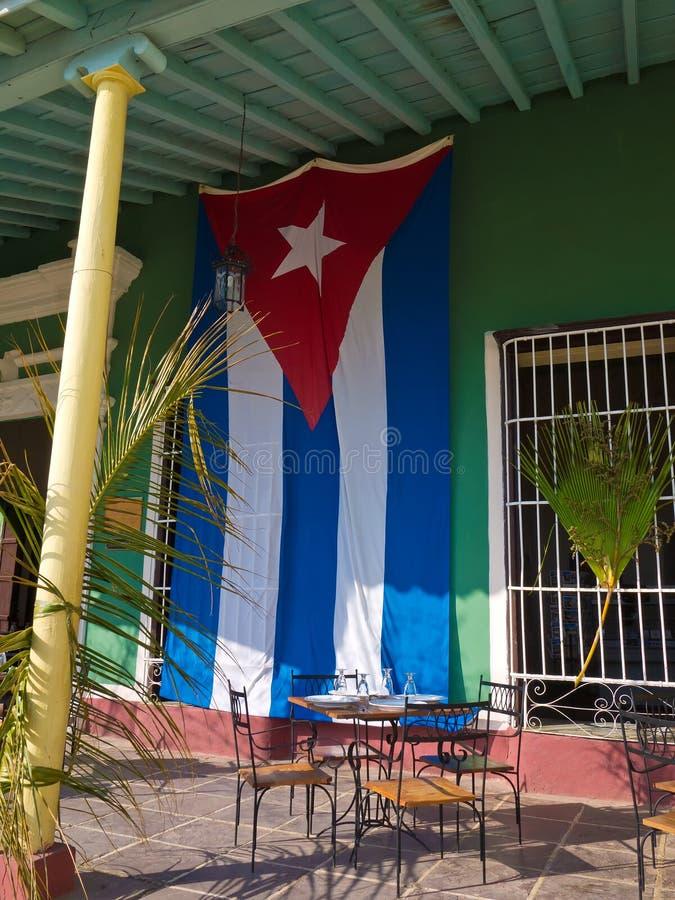 Cubaanse vlag in een oud huis in Trinidad, Cuba stock afbeelding