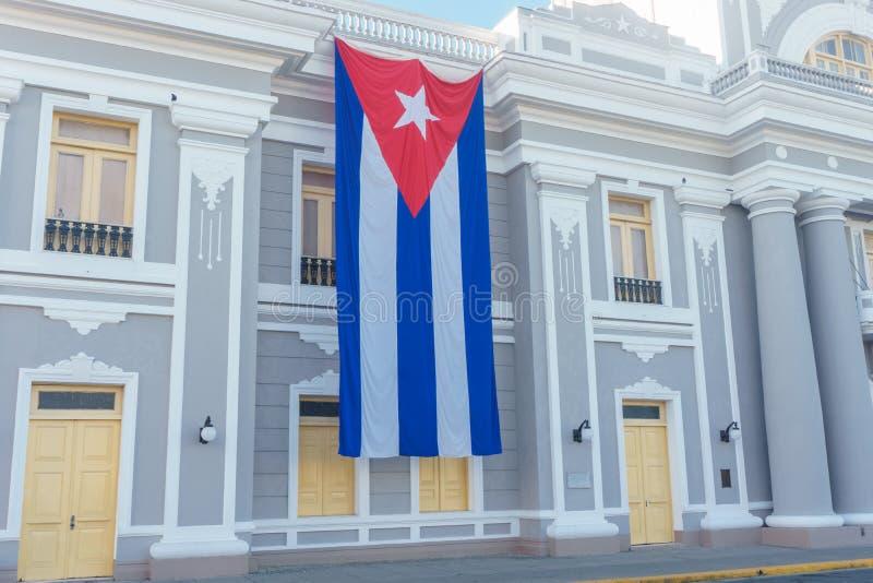 Cubaanse vlag in koloniale voorgevel, nationale dagviering stock foto