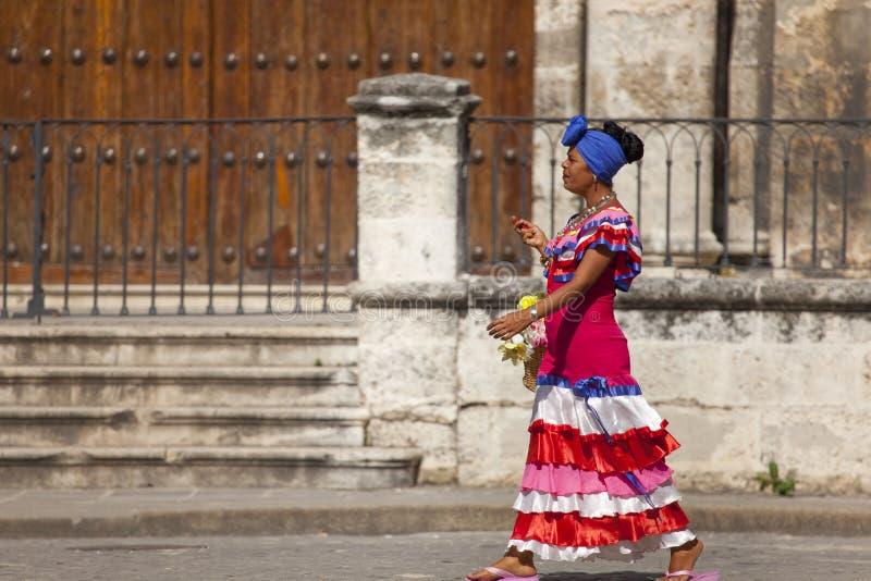 Cubaanse vrouw met traditionele costum royalty-vrije stock afbeelding