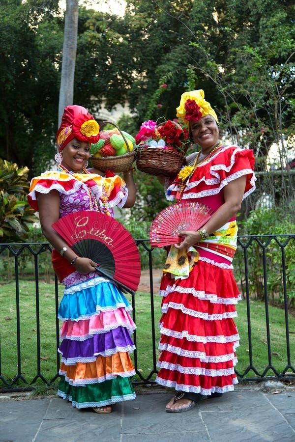 Cubaanse vrouw met vruchten en ventilator stock foto