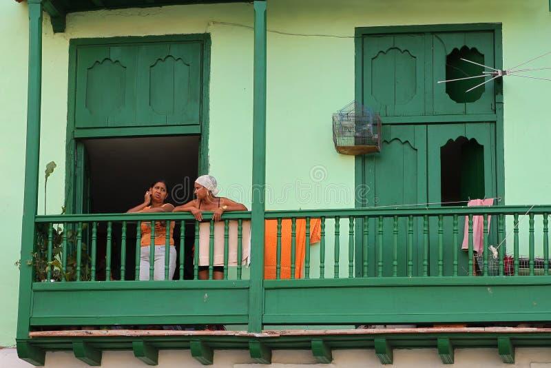 Cubaanse vrouwen die zich op balkon bevinden stock fotografie