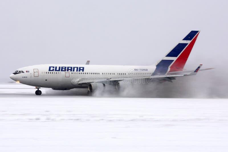 Cubana航空公司伊柳申IL-96-300 CU-T1250着陆在伏努科沃国际机场 图库摄影