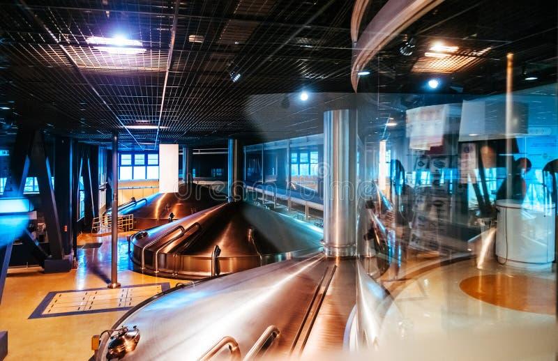 Cubas de aço inoxidável da fermentação na fábrica moderna da cervejaria da cerveja imagem de stock