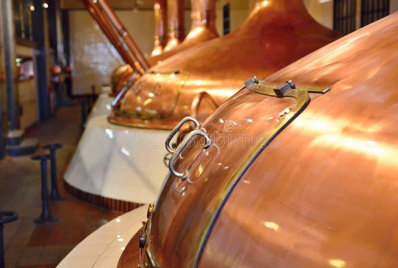 Cubas de cobre de la fermentación de la cerveza fotos de archivo