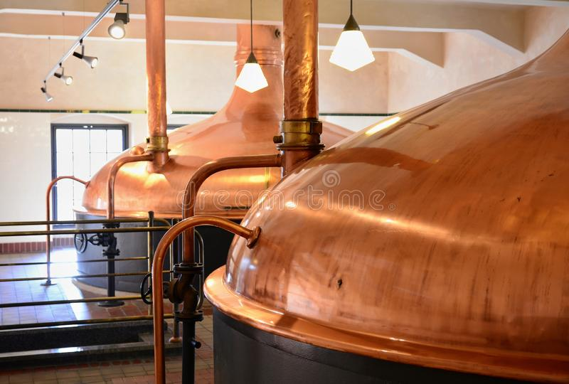 Cubas de cobre de la fermentación de la cerveza imagenes de archivo