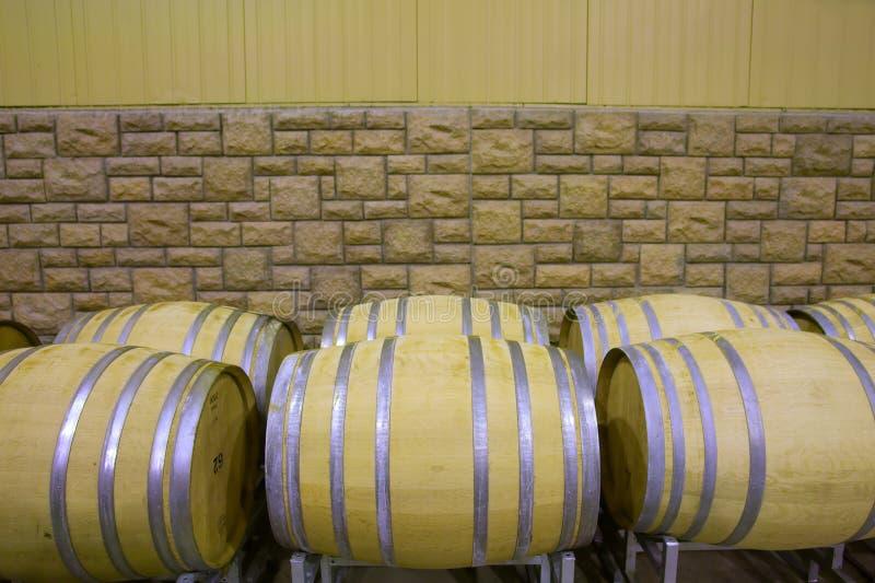 Cubas del vino contra la pared de piedra imagen de archivo libre de regalías