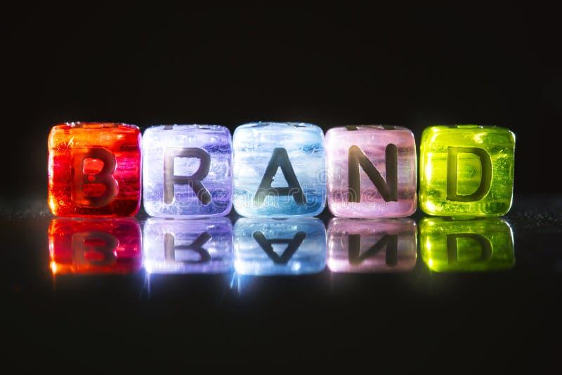 Cube coloré brillant du texte de MARQUE, concept de marquage à chaud de commercialisation image stock