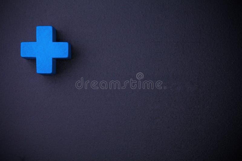 Cube croisé bleu sur le tableau noir photo stock