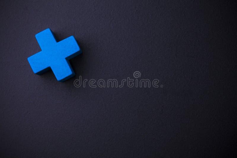 Cube croisé bleu sur le tableau noir images stock