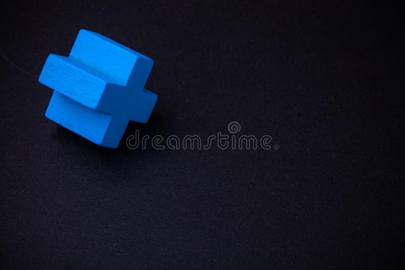 Cube croisé bleu sur le tableau noir photos libres de droits