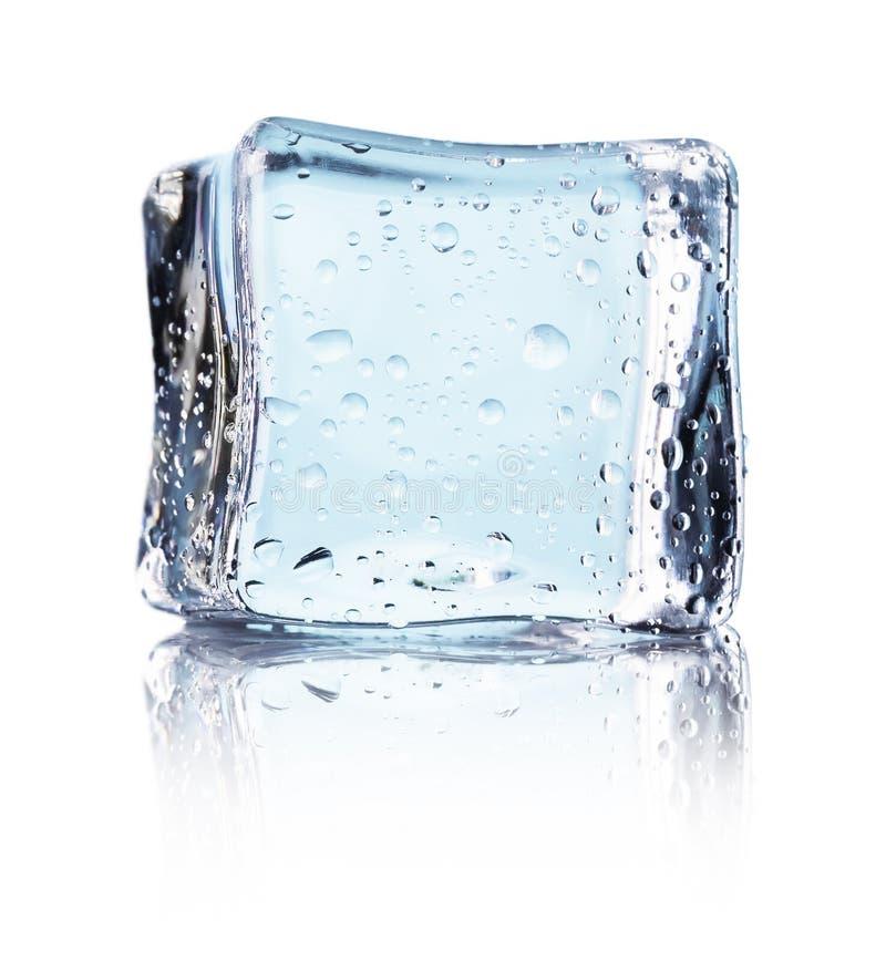 Cube de glace bleue d'isolement sur un fond blanc images libres de droits