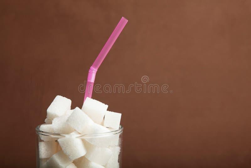 Cube du sucre dans un verre, l'espace de copie pour le texte photographie stock libre de droits