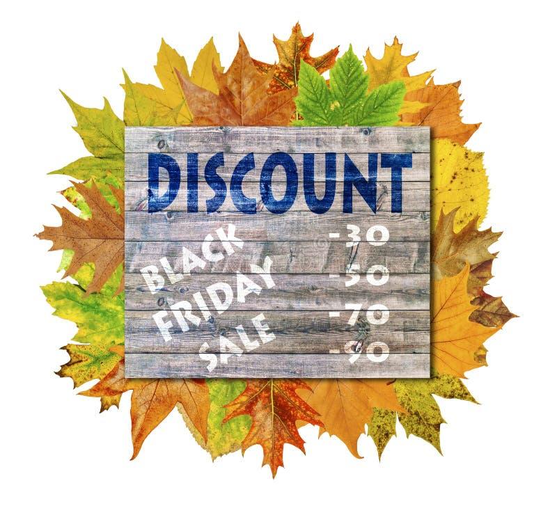 Cube en bois avec la feuille d'automne autour et la vente de Black Friday de mot photographie stock libre de droits