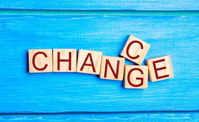 Cube en bois avec le ` de changement de ` de mot au ` d'occasion de ` sur la table en bois Concept développement et de croissance image stock